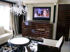 Nachher, aus dem Sideboard fährt ein klassisches Bild heraus und verdeckt den Fernseher. Soundsystem in Säule verbaut.
