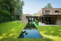 Modern house from Architect Patrick Bruynbroeck Small Backyard Pools, Modern Backyard, Pool Landscape Design, Garden Waterfall, Natural Swimming Pools, Swimming Pool Designs, Cool Pools, Pool Landscaping, Pool Houses