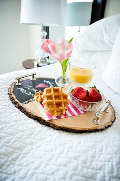 Wood Projects Project Nursery - DIY Wood Slice Serving Tray - Hayley from Grey House Harbor shares her simple tutorial for a wood slice serving tray that would be perfect for a Mother's Day breakfast in bed. Wood Slice Crafts, Wooden Crafts, Driftwood Crafts, Diy Crafts, Wood Projects For Beginners, Diy Wood Projects, Easy Projects, Large Wood Slices, Diy Cadeau Noel