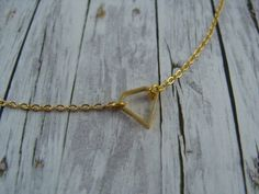 Diese minimalistische Kette mit dem süßen Anhänger in Diamantenform hat eine Gesamtlänge von ca. 42 cm und wird Deinen Hals umspielen.  *Herstellungsart* Gefunden, montiert und...