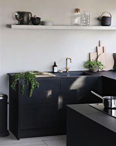 I was so nice to finally see the sun again today! . . . #kitchen #blackkitchen #interiør #kjøkkeninspirasjon #sortkjøkken