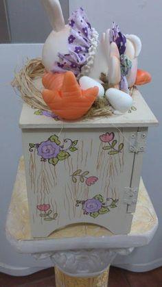 Peça em mdf com decoração em biscuit -  porta ovos