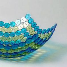DIY Button Bowl Photo: Glue buttons on a balloon then pop it for a button bowl  More ideas: http://myhoneysplace.com/seven-household-ideas-and-tips-1/  http://blushingbeebyme.blogspot.com/2013/07/diy-button-bowl.html