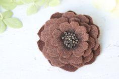 Schmuck - Ansteckblume Dore Blüte aus Filz braun - ein Designerstück von snuggles-cottage bei DaWanda