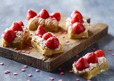 Hvid chokoladebrownie med jordbærcreme - Brownien kan holde sig i 3-4 dage i køleskab. Lav den eventuelt dagen inden brug og pynt den til servering. Se opskrift