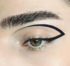 graphic eyeliner look Eyeliner Looks, No Eyeliner Makeup, Lip Makeup, Beauty Makeup, Eyeline Makeup, Bride Eye Makeup, Graphic Eyeliner, Makeup 2018, Runway Makeup