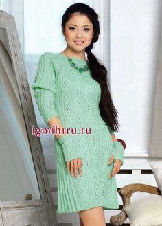 Платье цвета мяты с арановыми узорами, связанное сверху вниз и дополненное митенками. Вязание спицами