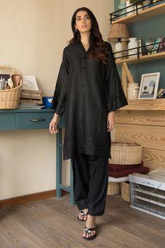 On Sale Pakistani Suits - Largest Maximum Discount Pakistani Fashion Party Wear, Indian Fashion Dresses, Indian Designer Outfits, Girls Fashion Clothes, Pakistani Outfits, Black Pakistani Dress, Simple Pakistani Dresses, Pakistani Dress Design, Stylish Dresses For Girls