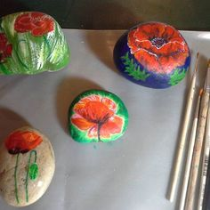 Busy painting poppies. #stonepainting #stoneart#rockart#rockpainting#creative #acrylicpainting#remenberence