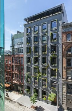 41 Bond's gorgeous greenery-clad homes offer expansive great rooms and wall-to-wall windows! New York Architecture, Innovative Architecture, Futuristic Architecture, Residential Architecture, Brick Facade, Facade House, Facade Design, Exterior Design, Clad Home
