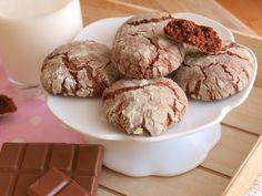 Jak jsem již psala na instagramu, tyto křehké koláčky není úplně trefné nazývat sušenkami, když suché ani trochu nejsou! :) Jejich chuť mi stále něco připomínala a pak mi došlo, že chutnají velmi podobně jako brownies. Jsou výrazně čokoládové a uvnitř vláčné. Efekt popraskaného vzhledu vznikne obalením v cukru před pečením. Na cca 3 plechy…