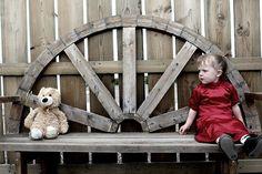 女の子, クマ, テディ, テディベア, 若いです, 悲しい, 外の子供, 赤, ドレス, 肖像画, 屋外