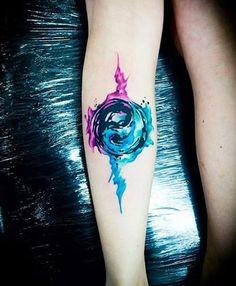 Um orb como Yin Yang tatuagem. O símbolo é envolto em uma esfera como a estrutura de ecrã plasma com efeitos flutuando em torno dele.