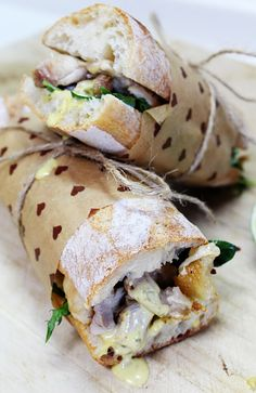 Ver papel y cordon de envoltura** - Roasted Chicken Baguette Sandwich with Lime and Thai Green Curry Tartar Sauce Delicious Sandwiches, Wrap Sandwiches, Paninis, Sandwich Original, Comida Baby Shower, Baguette Sandwich, Food Packaging, Sandwich Packaging, Design Packaging