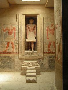 Mastaba de Mereruka, en Saqqara. La estatua del ka de este visir del faraón Teti, de la dinastía VI, casado con una hija del rey, aparece ante la puerta falsa por la que se accedía desde el Más Allá a los alimentos dispuestos en esta sala de ofrendas.