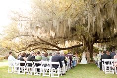 Could anything be more elegant and Southern than a ceremony under a giant oak tree? {Doubt it!}  photos: Ashley Daniell