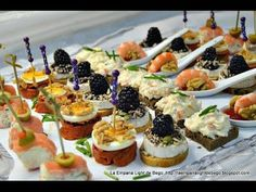 Canapés Variados Fáciles y Rápidos. 5 Tipos de Canapés. Snacks Für Party, Appetizers For Party, Canapes Faciles, Healthy Food Alternatives, Fingerfood Party, Spanish Tapas, Appetisers, Antipasto, High Tea