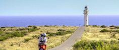 Le 10 cose da fare a Formentera Formentera e le spiagge circostanti offrono grandi attività I turisti possono trovare una varietà di sport acquatici come jet-ski, banana boat, parapendio, snorkeling e immersioni subacquee.  Fare ciclismo I turisti possono godersi il paesaggio, l'ambiente bello #formentera