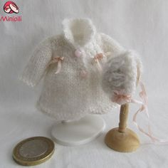 Abrigo con gorrito para el invierno... Coat with hat for winter... #Miniatures #Dollhouse #Miniaturas #Minis http://minipiliminiaturas.com/