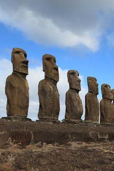Les étranges statues de l'île de Pâques Easter Island, Statues, Backgrounds, Earth, Stone, History, Architecture, Drawings, Travel