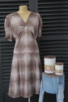 Vestido marrón y blanco.   $7  via Bahía, confecciones, recuerdos y puestas de sol.. Click on the image to see more!