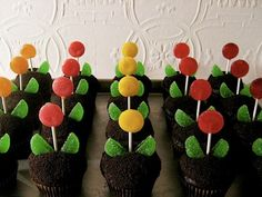 Might have to make these for my daughters birthday since she loves flowers so much. Simple and effective....some mint leaves and lollipops to create flowerpot cupcakes!