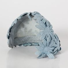 Blue cotton fabric hat, with applied daisies. Perfect with tailleur and jackets, for a lovely retrò style. Vintage from the 40s.  Perfectly preserved.