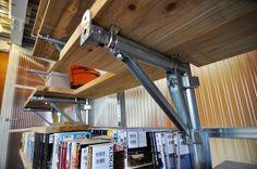 """棚を支えるスチール材は、""""ビケ足場""""と呼ばれる、低中層の建物の建設現場で一般に使われているもの。"""