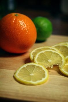 Did you know that you can freeze oranges, lemons and limes? If you are like us, you like slices of lemons, limes or oranges in your water. You can actually freeze them ahead of time. Now, you won't waiste an entire lemon when you just need a slice. Freezing Fruit, Freezing Vegetables, Fruits And Veggies, Freezing Onions, Citrus Fruits, Freezer Cooking, Freezer Meals, Cooking Tips, Cooking Supplies