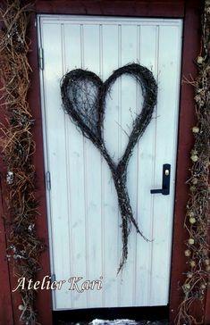 Atelier Kari naturdekorasjoner og kranser Garden Projects, Heart Shapes, Wreaths, How To Make, Crafts, Decorations, Nature, Gardens, Bricolage