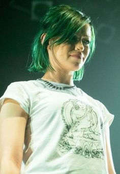 How to change up your hair for December Jenna McDougall green hair don't care ♥ ♥ ♥ Short Green Hair, Blue Hair, Celebrity Hairstyles, Cool Hairstyles, Come Undone, Coloured Hair, Grunge Hair, Pixie Haircut, Hair Trends