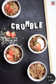 Gesunder Crumble mit Haferflocken - ohne Butter, Mehl & trotzdem crunchy… #crumble #streusel #rhabarber #erdbeeren #haferflocken #oats #ohnezucker #gesundbacken #fraujanik