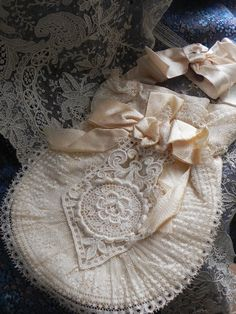 linge ancien Aumônière en soie dentelle et broderie