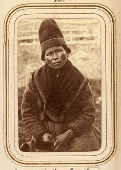 Porträtt av Elsa Nilsdotter Länta, 35 år gammal, Sirkas sameby. Ur Lotten von Dübens fotoalbum med motiv från den etnologiska expedition till Lappland som leddes av hennes make Gustaf von Düben 1868.