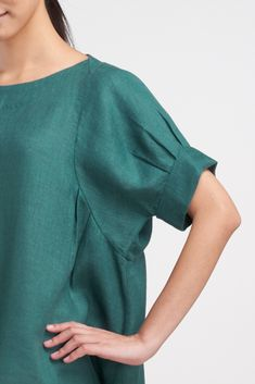 Linen bubble sleeve top for all occasion. Iranian Women Fashion, Latest Fashion For Women, Sleeves Designs For Dresses, Embroidery Fashion, Casual Tops, Fashion Details, Pull, Dress Patterns, Blouse Designs
