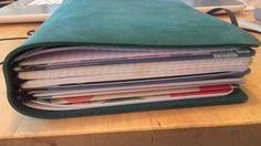 l'organisation de mon Traveler's notebook: une pochette plastique, un cahier de collections, mon bullet journal, un calendrier mensuel, deux petits carnets dans leur pochette cartonée et mon cahier de gribouillage. parée pour un moment!