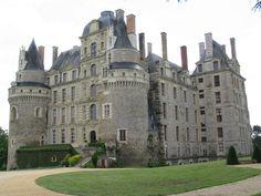"""Château de Brissac. """"Plus grand que tous les châteaux royaux de la France, Brissac, avec ses sept étages et 204 pièces(chambres), a été surnommé"""" le Géant de la Vallée de la Loire."""