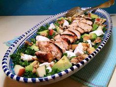 Skøn salat med kylling, grønkål, gedeost og avokado