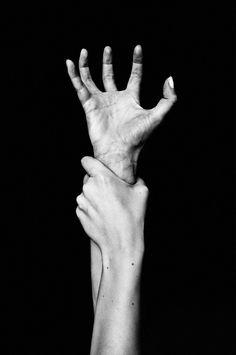 Mis manos, mis pies, a los grandes sueños habéis encadenado.  Roberto Obregón♥♥♥#viento del alma # De la mano..#