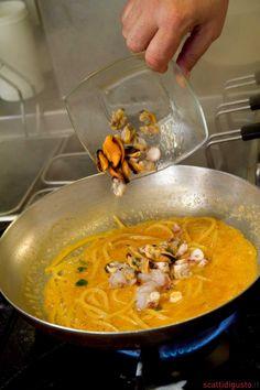 Pasta All Amatriciana, Pasta Company, Gourmet Recipes, Cooking Recipes, Fish Plate, Spaghetti, Fusilli, Gnocchi, Curry
