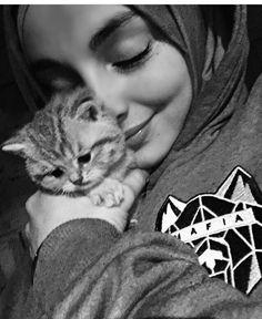 Hijabi Girl, Girl Hijab, Muslim Girls, Muslim Women, Couple Photography Poses, Girl Photography, Hijab Hipster, Aesthetic Photography Grunge, Hijab Gown