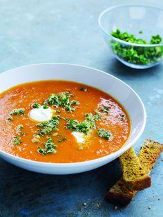 opskrift på tomatsuppe med gremolata og karrysticks