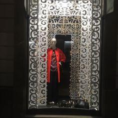 """""""Mi piace"""": 180, commenti: 6 - Donne Vincenti (@donnevincenti) su Instagram: """"Finalmente!! #nuovevetrine #vetrinenatalizie #donnevincentialba #fashionshop #windowdisplay…"""""""