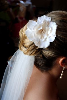 We could even do something simple like this and throw some braids in there to spice it up | repinned by www.berlinfotografin.de .. #bride  #Wedding #Hochzeit  Follow me on www.facebook.com/pages/Berlin-Fotografin/304964096211572