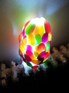 lampada fatta con cucchiani di plastica  colorati attaccati ad una bottiglietta