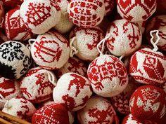 Kntted | Gebreide kerstballen van Arne & Carlos