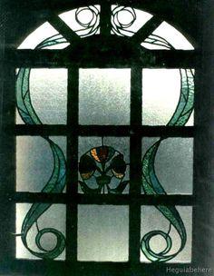 vitraux new-11 Puerta de madera con arco en cuarto punto y vitral con flores y hojas