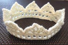 かぎ針編みで簡単にできるベビークラウンの作り方と編み方と編み図を無料で公開 Crochet Crown, Crochet Lace, Crochet Needles, Crochet World, Art N Craft, Crochet Videos, Lace Knitting, Fabric Art, Hobbies And Crafts