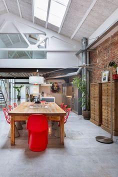 This warm, industrial Spanish loft has gorgeous views, cool architecture, great modern decor. Modern Decor, Modern Furniture, Warm Industrial, Industrial Design, Modern Loft, Spanish House, Kitchen Photos, Kitchen Ideas, Loft Spaces