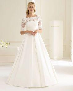 2f50681c68 Csipkés, A vonalú, letisztult és elegáns menyasszonyi ruha 2019-es  kollekciónkból.